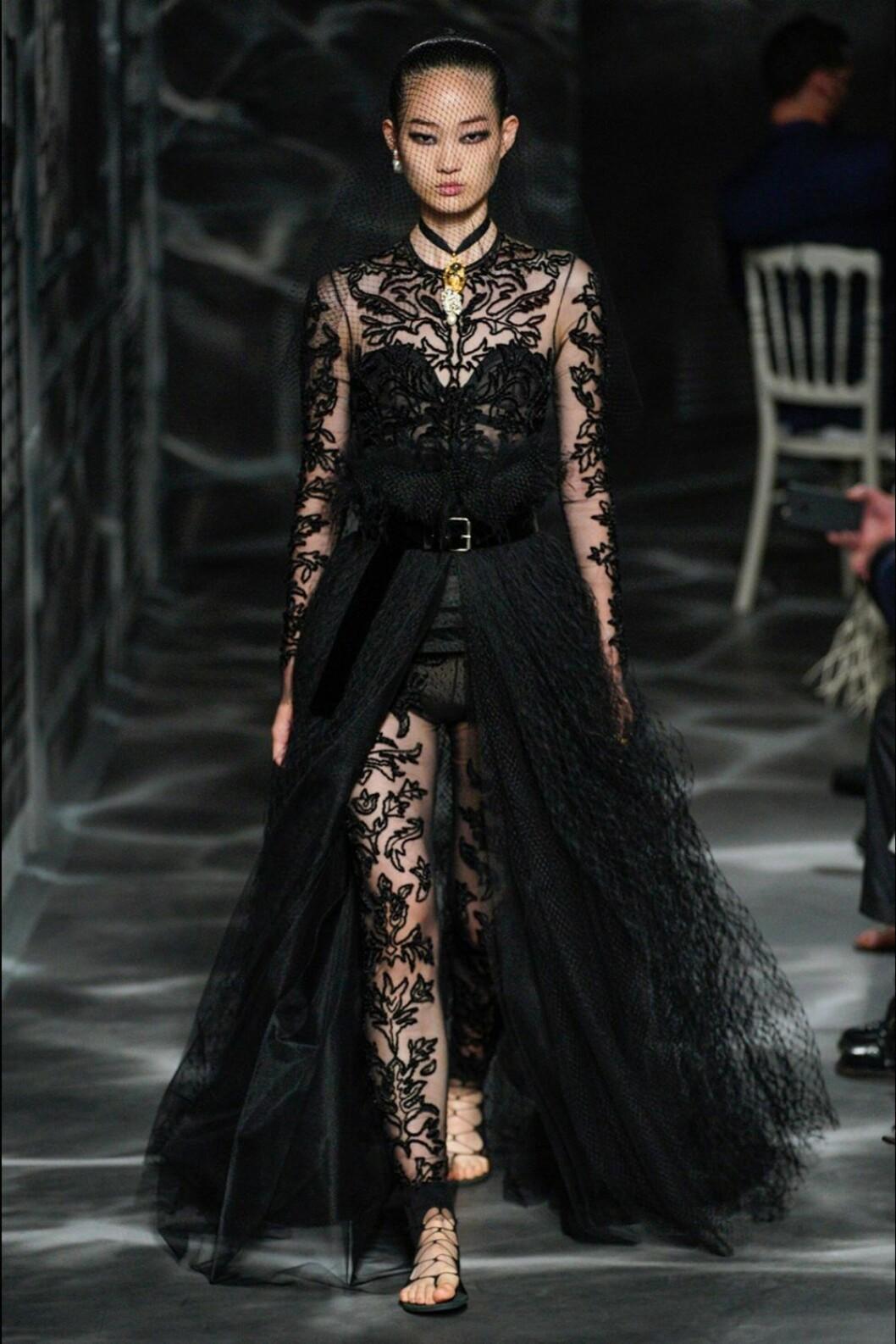 Christian Dior AW19/20 helsvart look med spetsdetaljer.