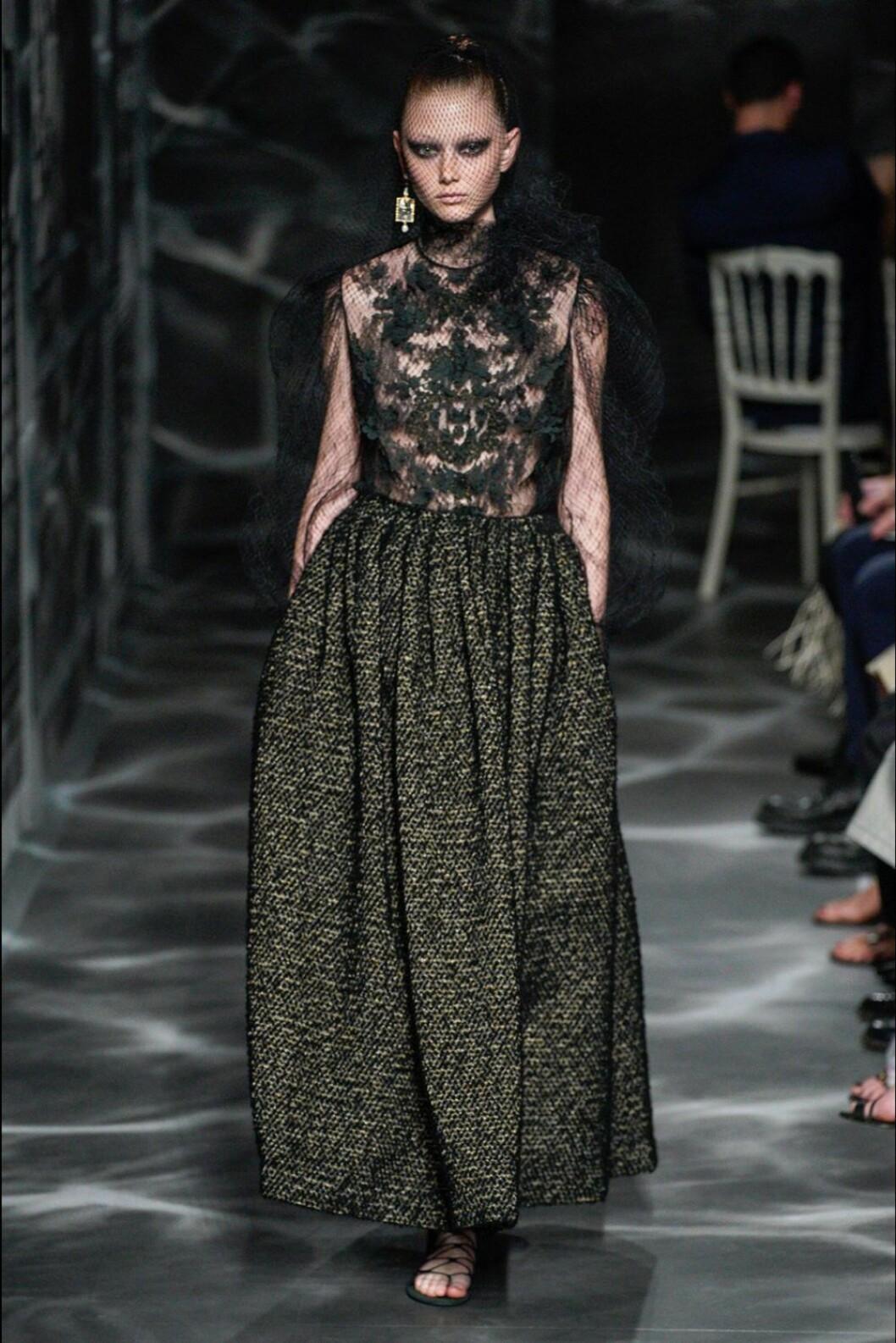 Christian Dior AW19/20, lång klänning med spetsdetaljer.
