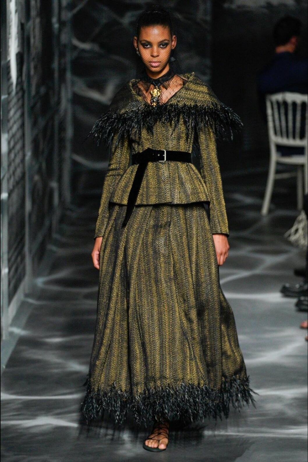 Christian Dior AW19/20, grönt set med svarta fjädrar.