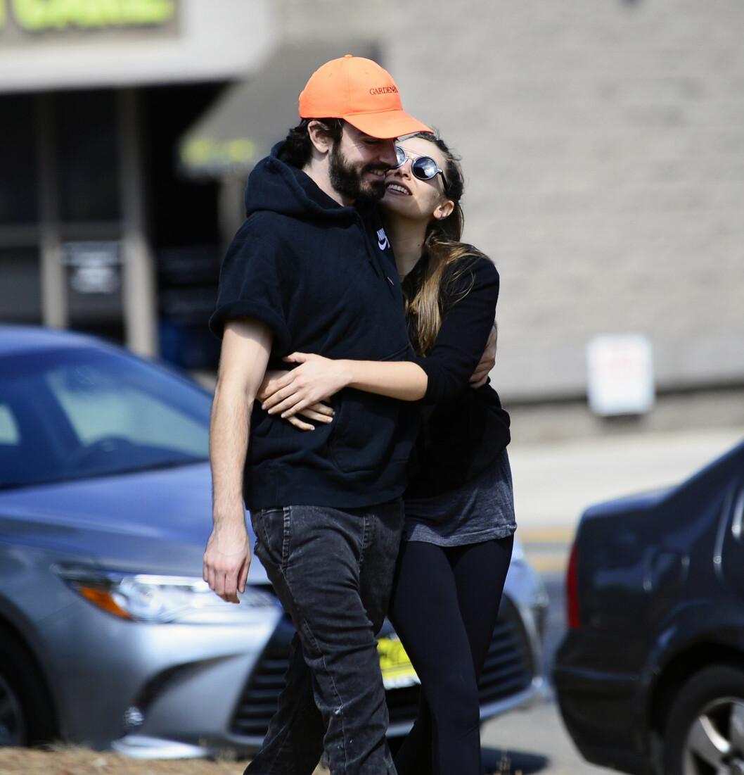 Elizabeth Olsen och Robbie Arnett ute på stan.