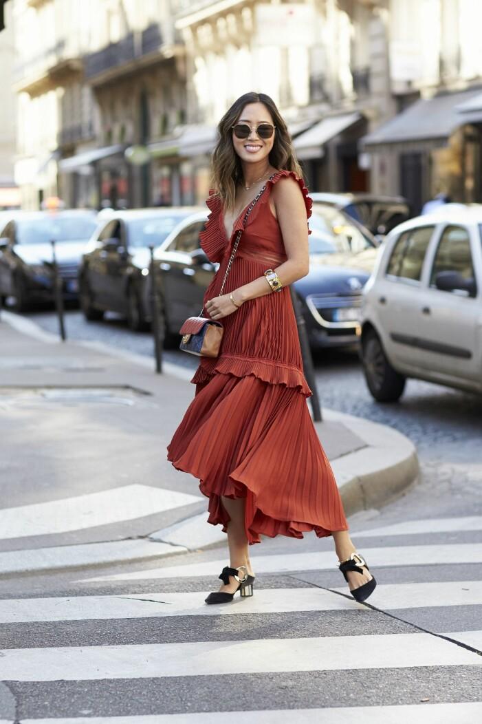 Aimee Song med en flerfärgad quiltad väska från Chanel