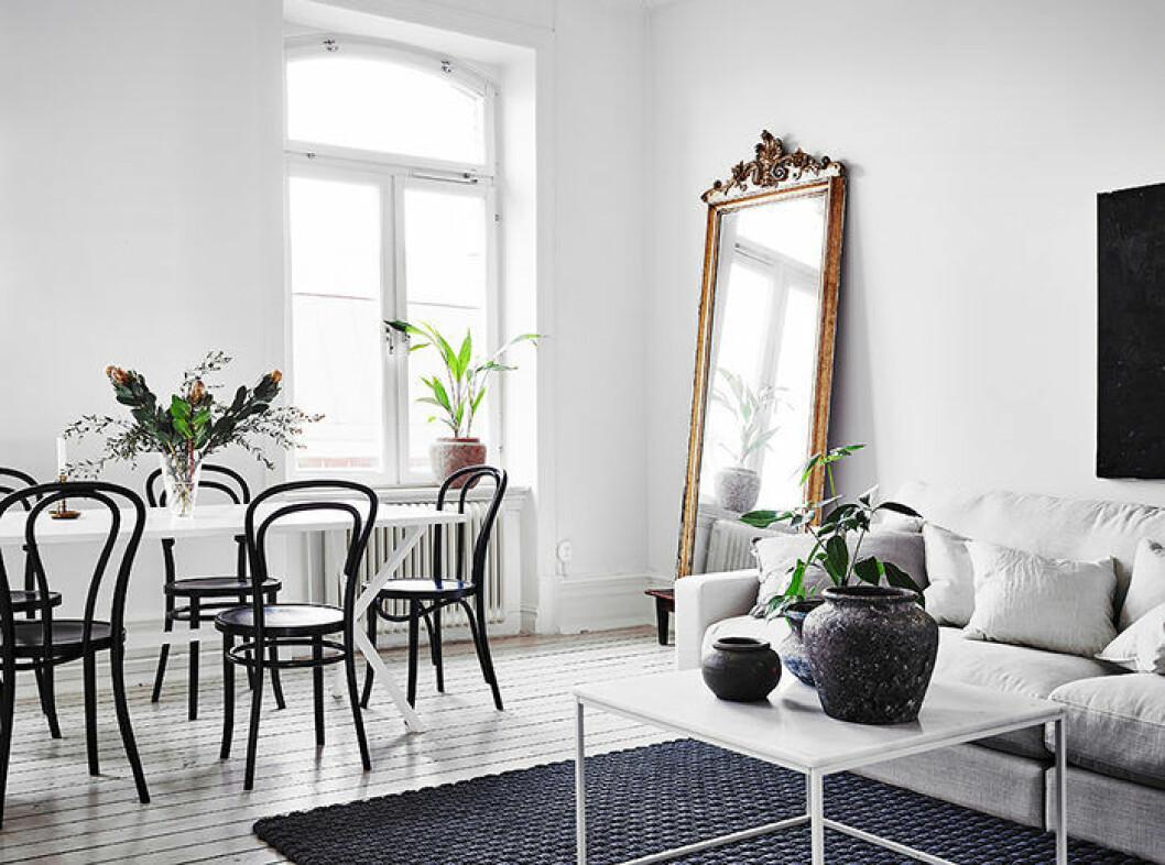 Vardagsrum med möbler i olika stilar