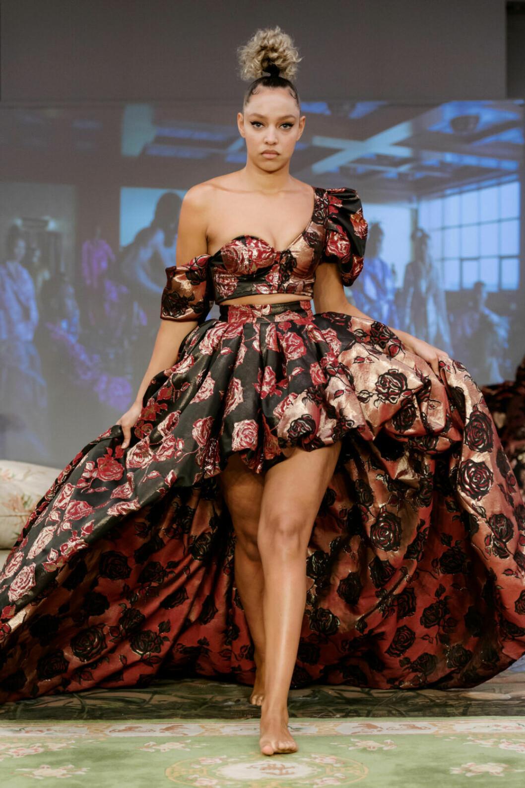 Magisk kjol och topp i samma tyg på Selam Fessahayes AW19–visning på Fashion Week Stockholm
