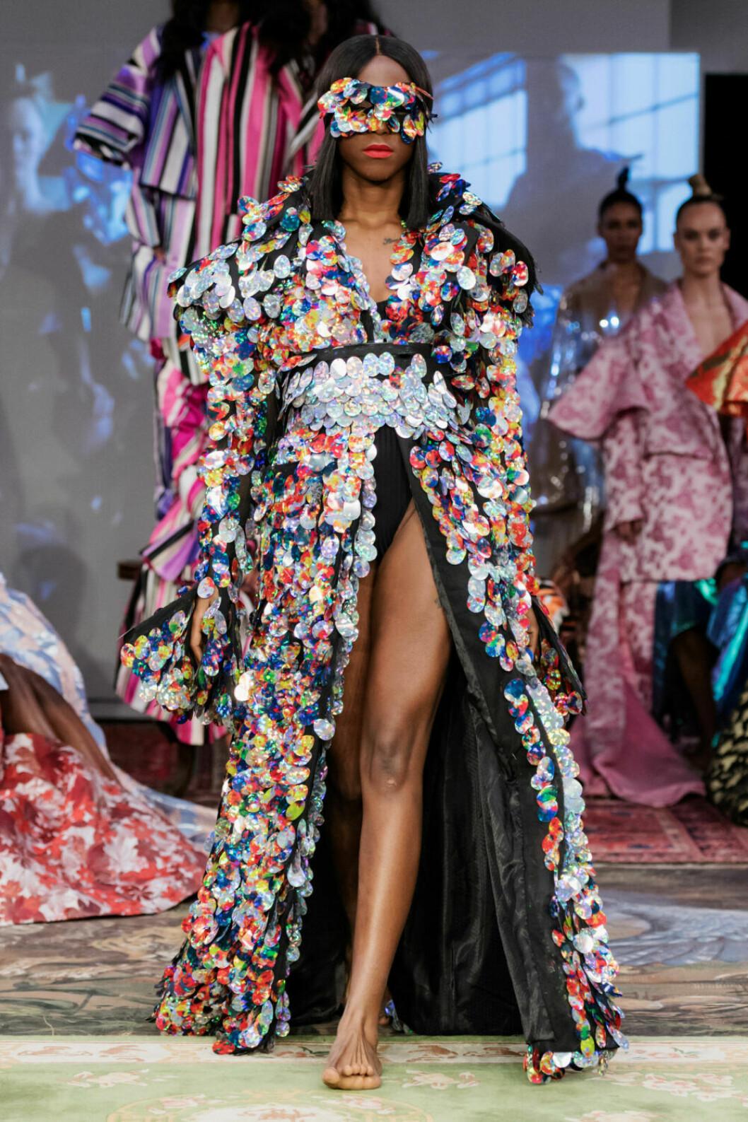 Oversized klänning med blommor och hög slits på Selam Fessahayes AW19–visning på Fashion Week Stockholm