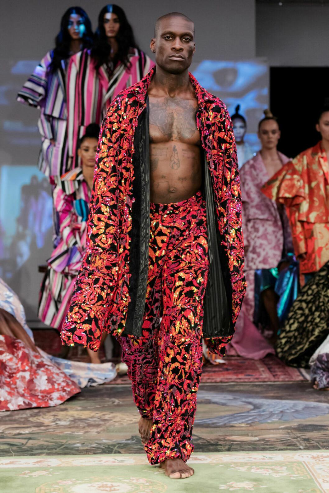 Byxor och kimonojacka i rött mönster på Selam Fessahayes AW19–visning på Fashion Week Stockholm