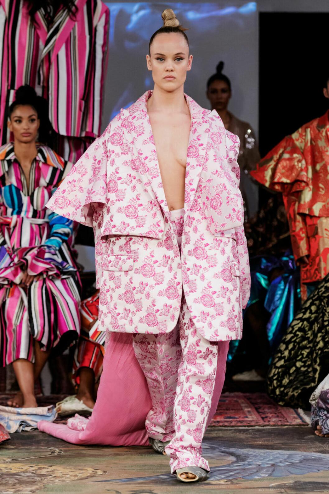 Oversized kostym i ljusrosa och vitt på Selam Fessahayes AW19–visning på Fashion Week Stockholm