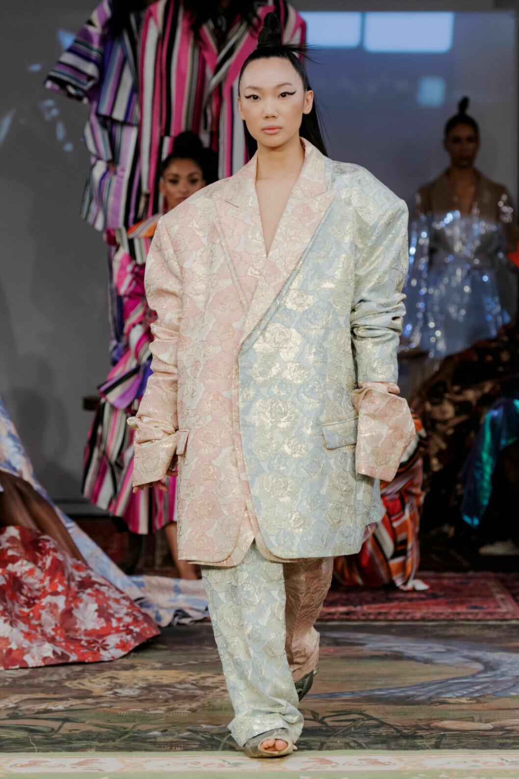 Oversized kostym i pastellfärg på Selam Fessahayes AW19–visning på Fashion Week Stockholm