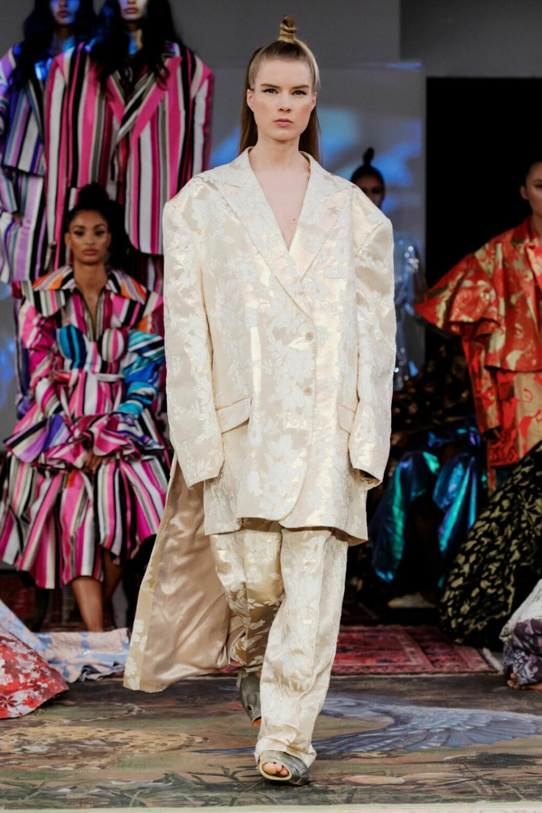 Kostym i cremefärg på Selam Fessahayes AW19–visning på Fashion Week Stockholm