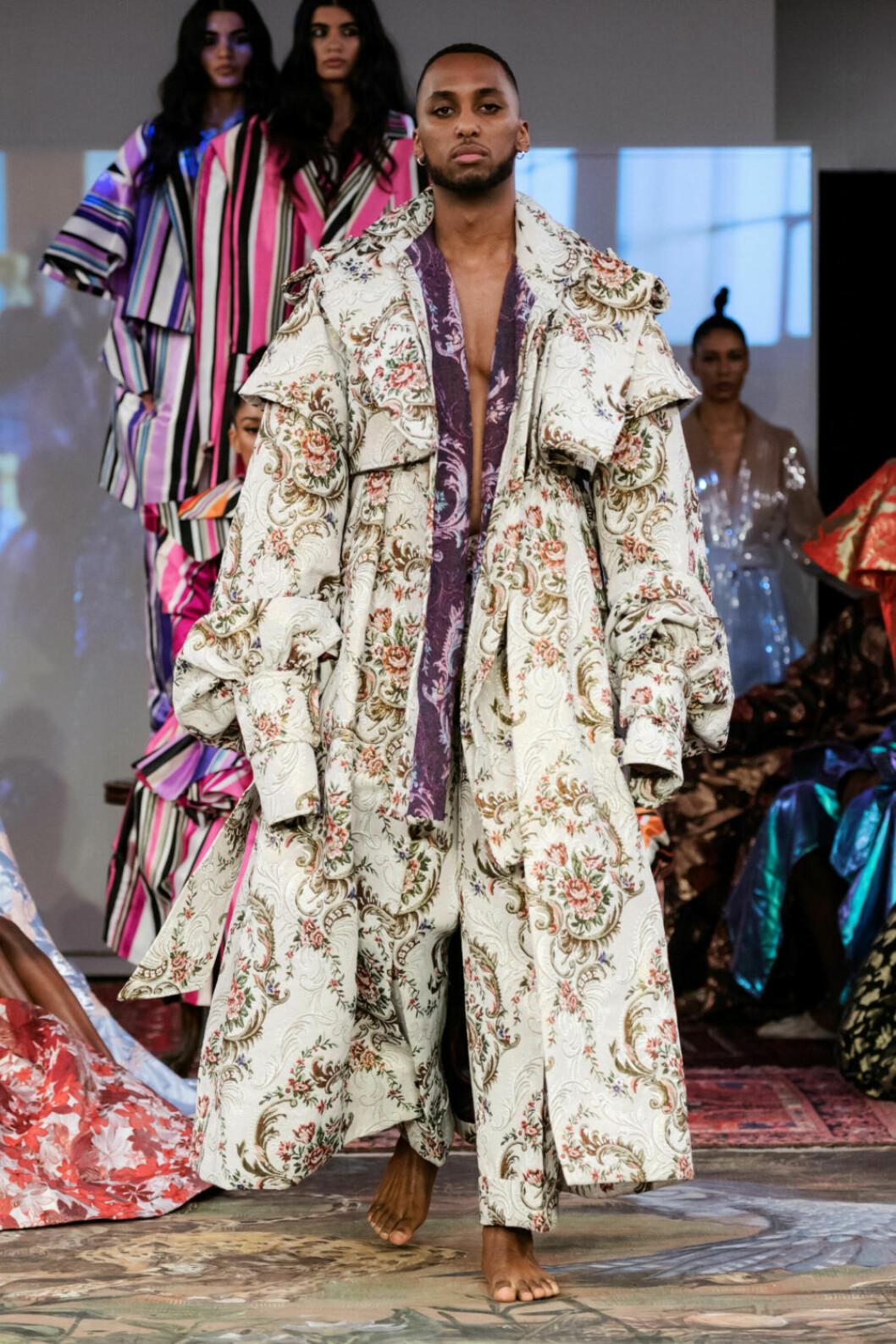 Blommig kappa i ljusa färger på Selam Fessahayes AW19–visning på Fashion Week Stockholm