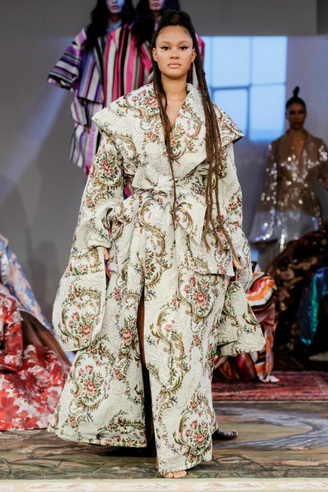 Oversized blommig kappa på Selam Fessahayes AW19–visning på Fashion Week Stockholm