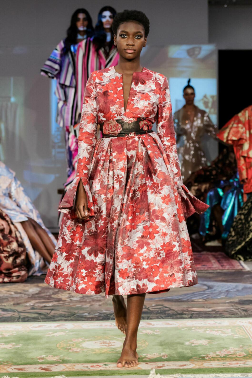 Oversized och röda blommor på Selam Fessahayes AW19–visning på Fashion Week Stockholm