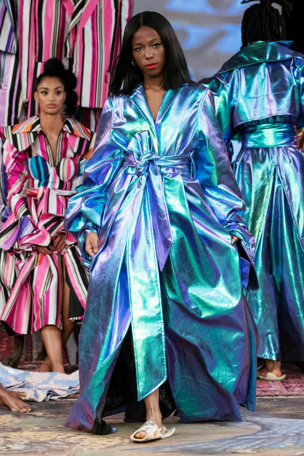 Sabina Ddumba i en metallisk blå kreation på Selam Fessahayes AW19–visning på Fashion Week Stockholm