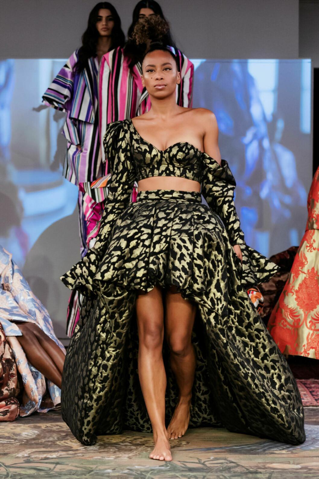 Underbar two–piece i guld och svart på Selam Fessahayes AW19–visning på Fashion Week Stockholm
