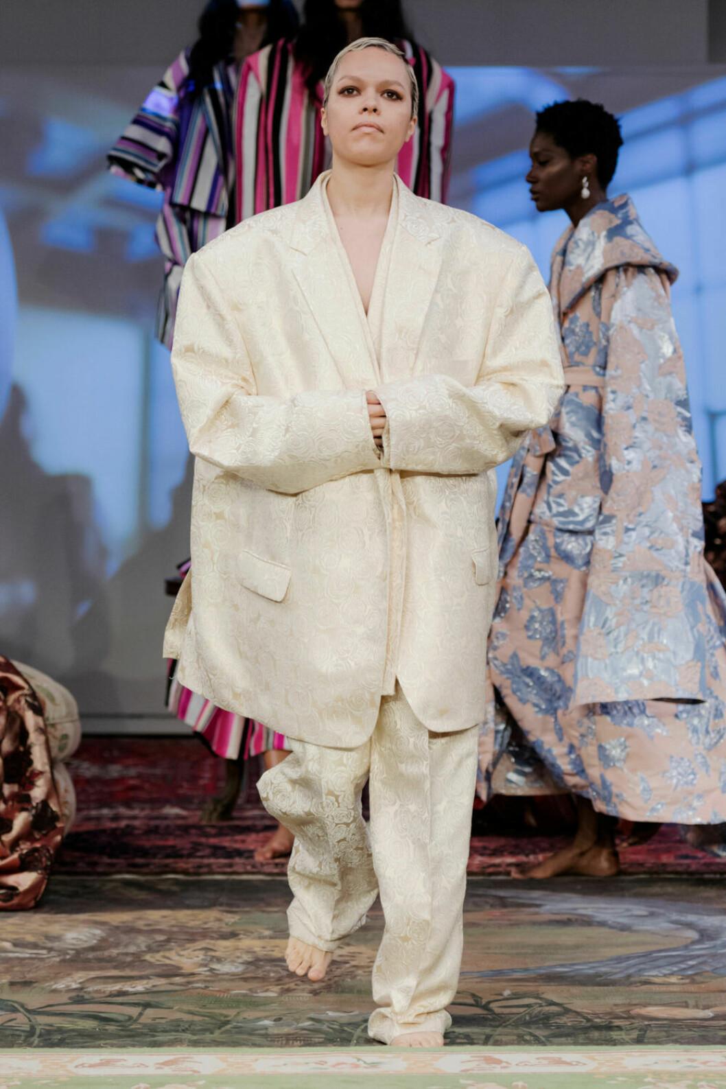 Vit oversized kostym på Selam Fessahayes AW19–visning på Fashion Week Stockholm