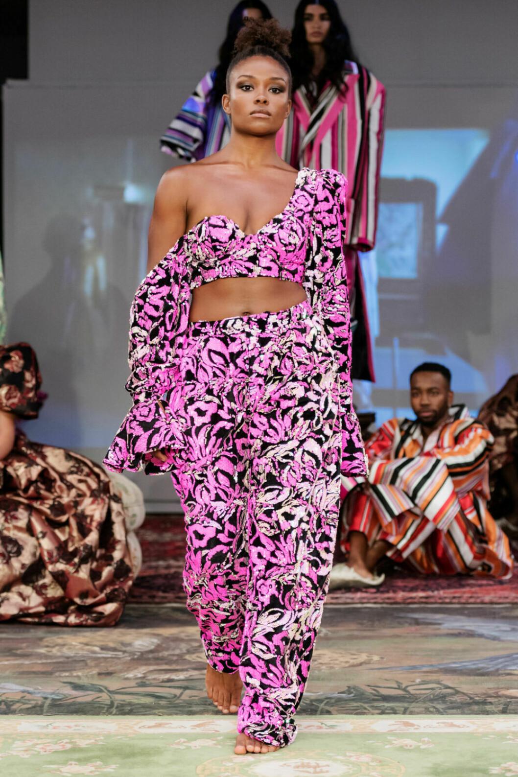 Mönstrad rosa two–piece på Selam Fessahayes AW19–visning på Fashion Week Stockholm