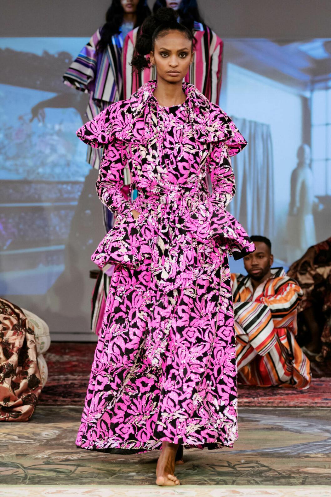Rosa mönstrad klänning på Selam Fessahayes AW19–visning på Fashion Week Stockholm