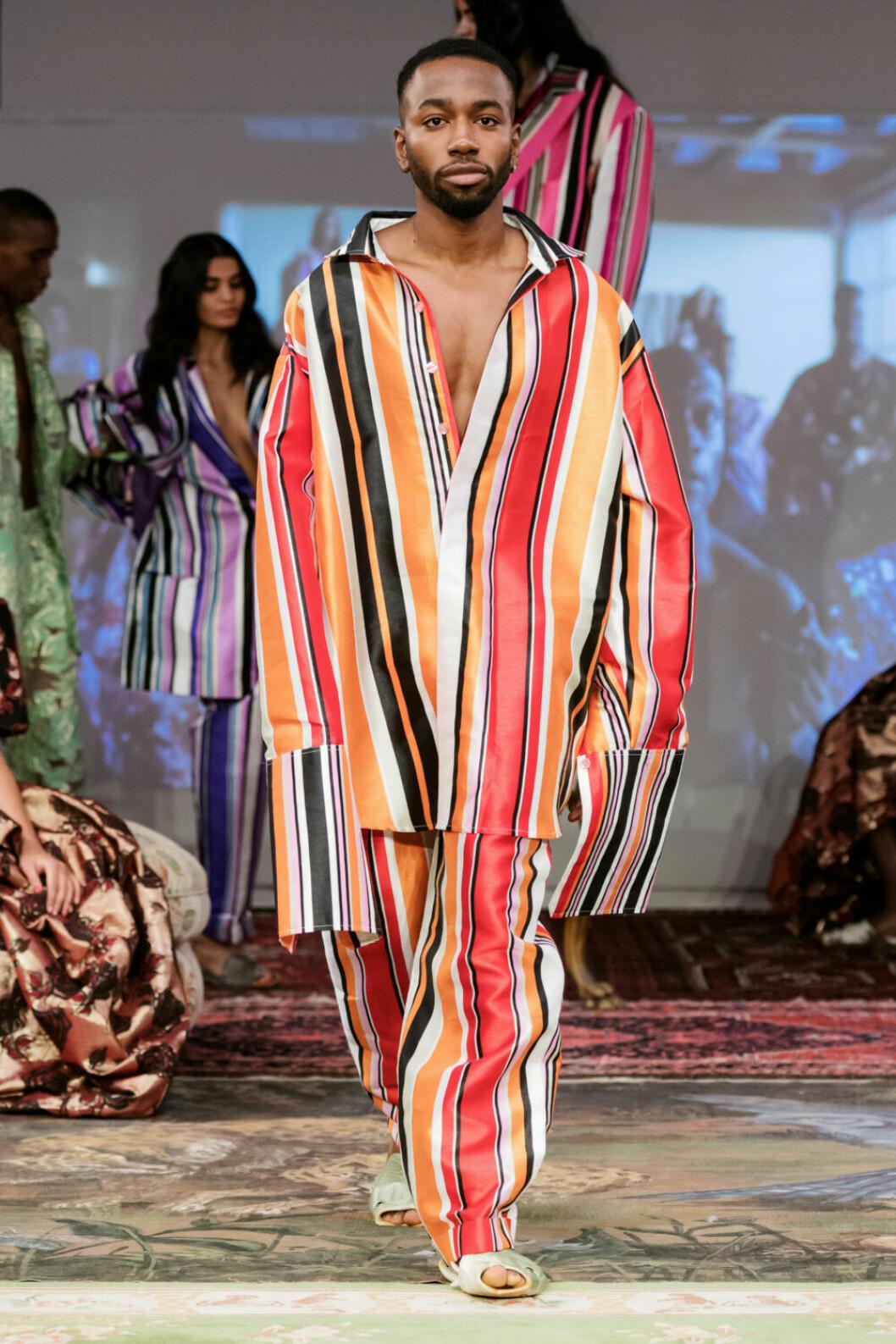 Orangerandig skjorta och byxa på Selam Fessahayes AW19–visning på Fashion Week Stockholm