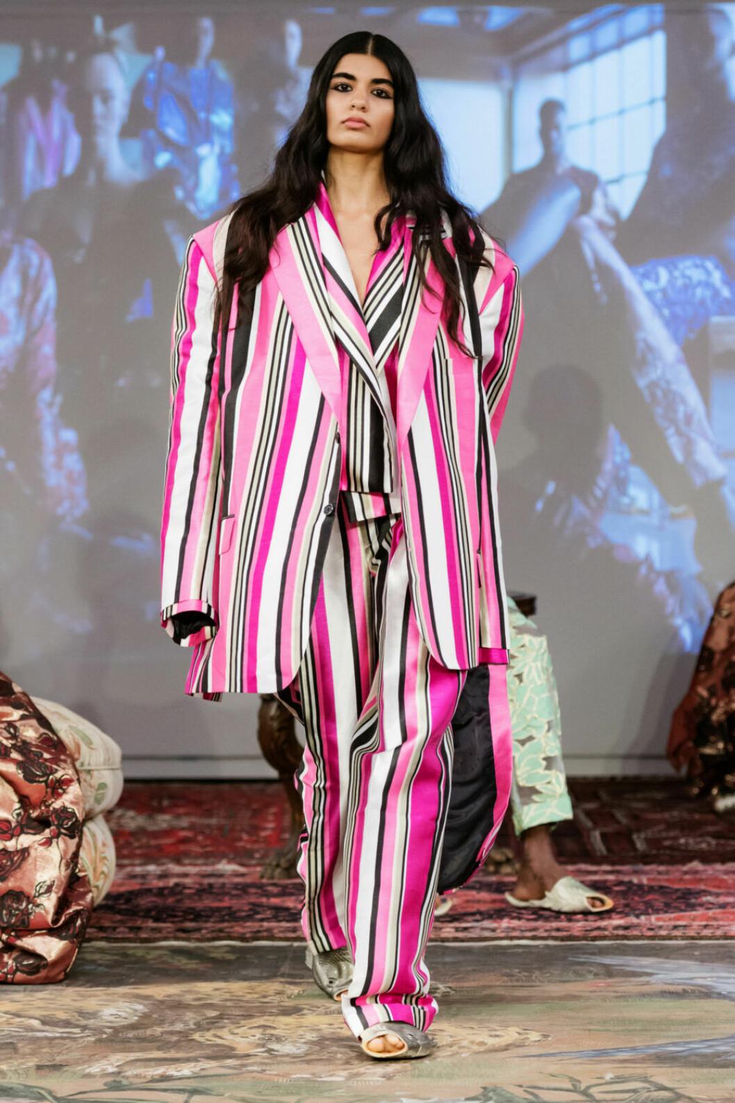 Rosarandigt på Selam Fessahayes AW19–visning på Fashion Week Stockholm