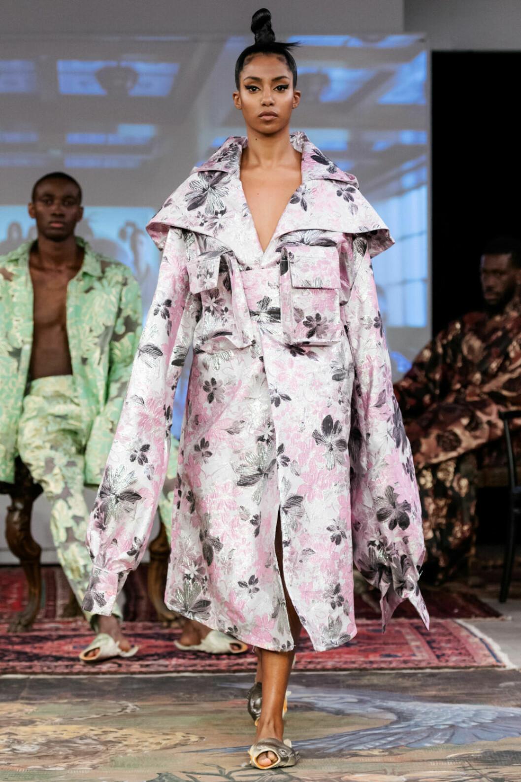 Blommig kimono i ljusrosa och vitt på Selam Fessahayes AW19–visning på Fashion Week Stockholm