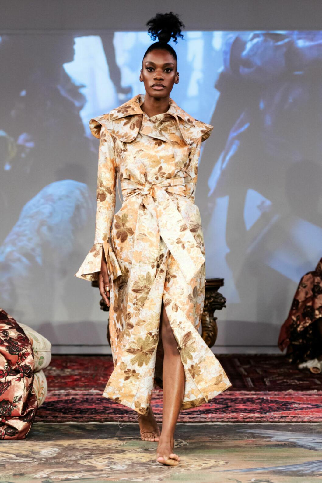 Guldgul kappa på Selam Fessahayes AW19–visning på Fashion Week Stockholm