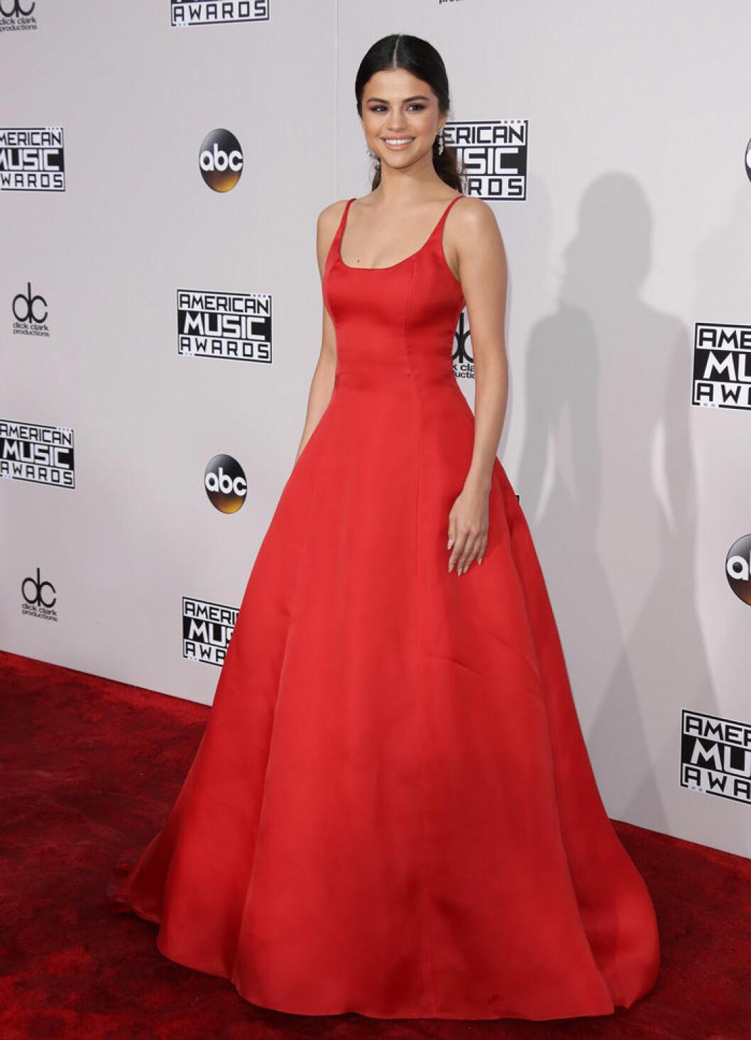 En bild på sångerskan Selena Gomez på American Music Awards 2016.