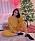 Selena Gomez framför sin dekorerade julgran