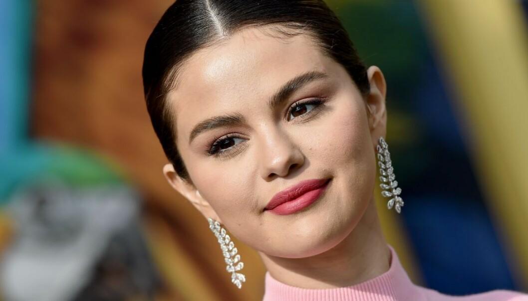 Selena Gomez i närbild med slickad hästsvans och glittriga örhängen