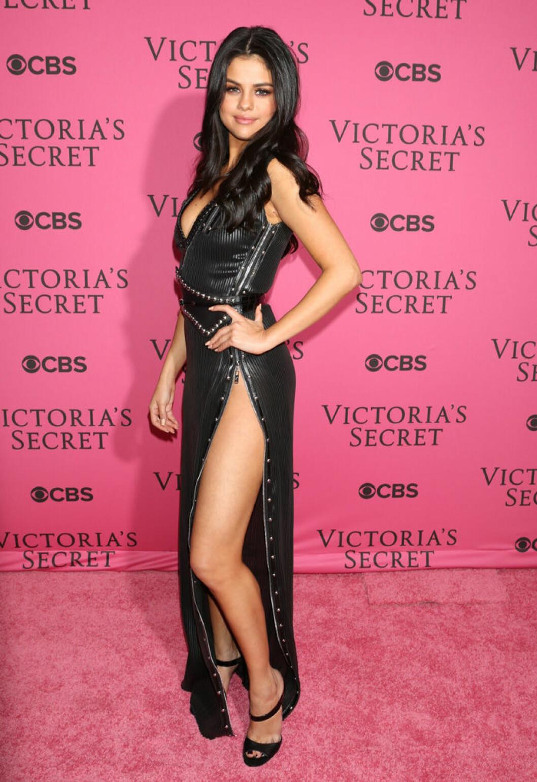En bild på sångerskan Selena Gomez på Victoria's Secret Fashion Show 2015.