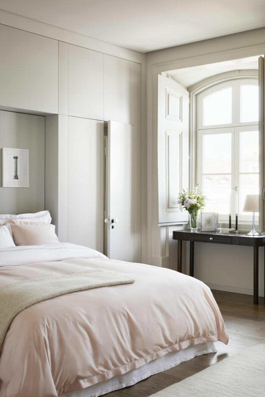 Hotellkänsla i sovrummet med en välbäddad säng