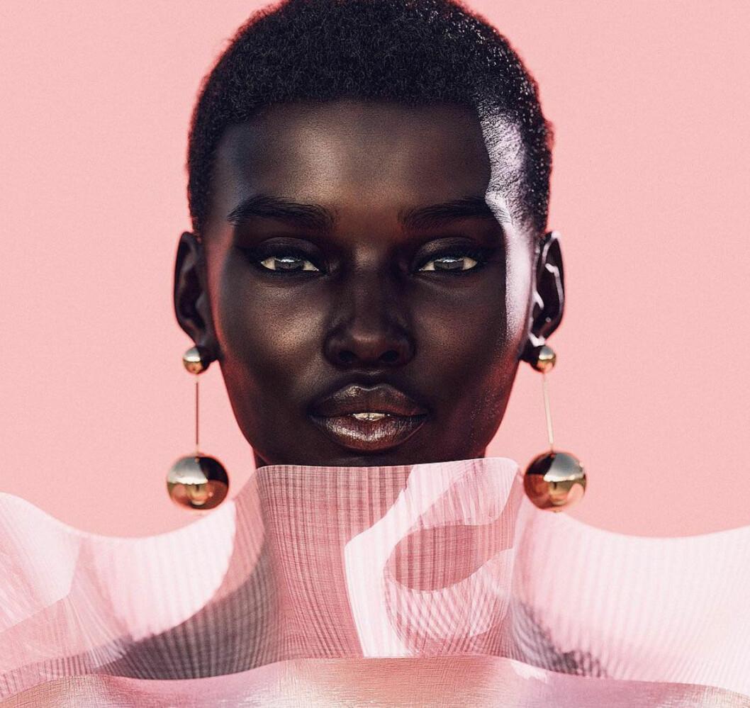 Instagramprofilen Shudu iklädd en rosa klänning och statement örhängen