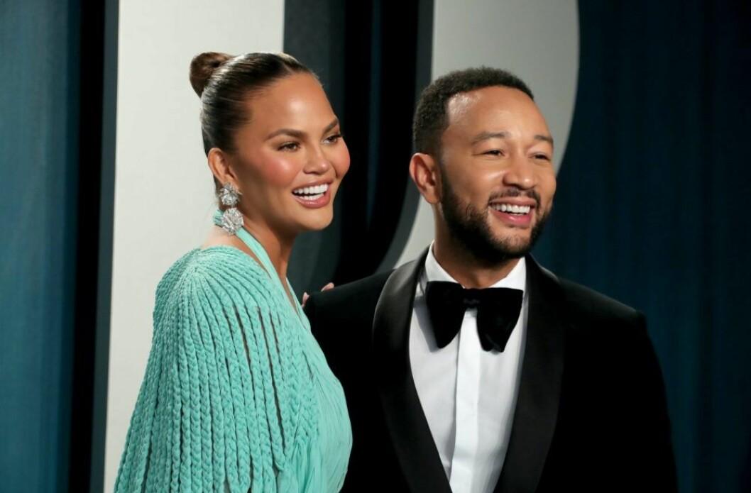 John Legend & Chrissy Teigen är glada och skrattar