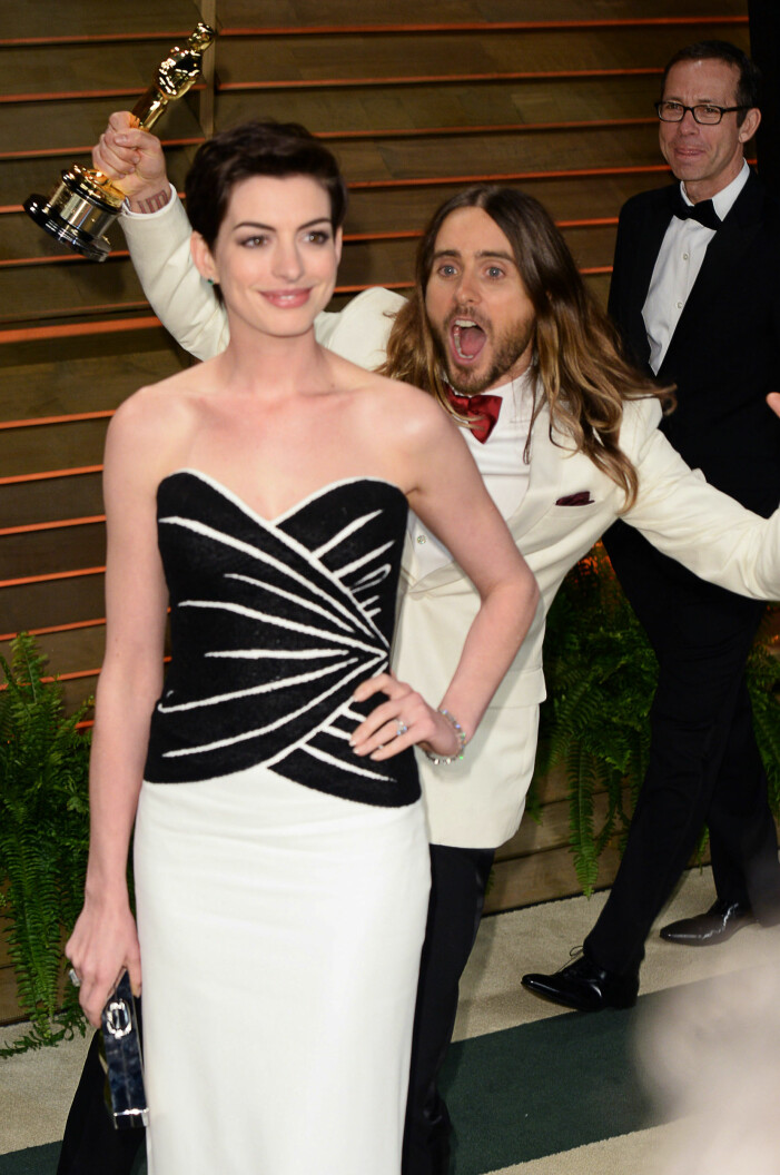 Jared Leto photobombar Anne Hathaway