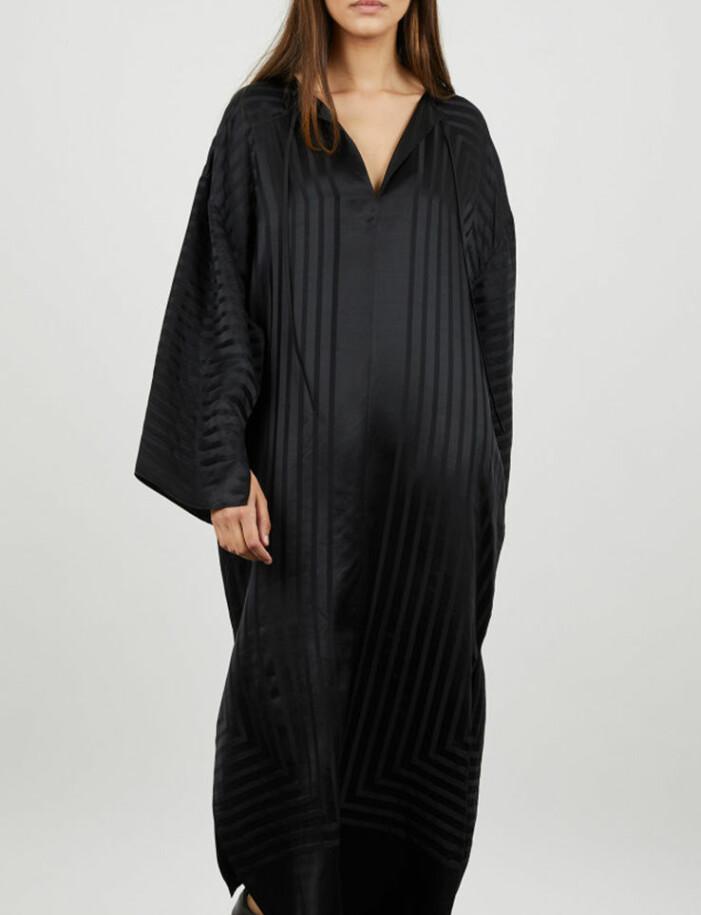 svart skjortklänning i silke