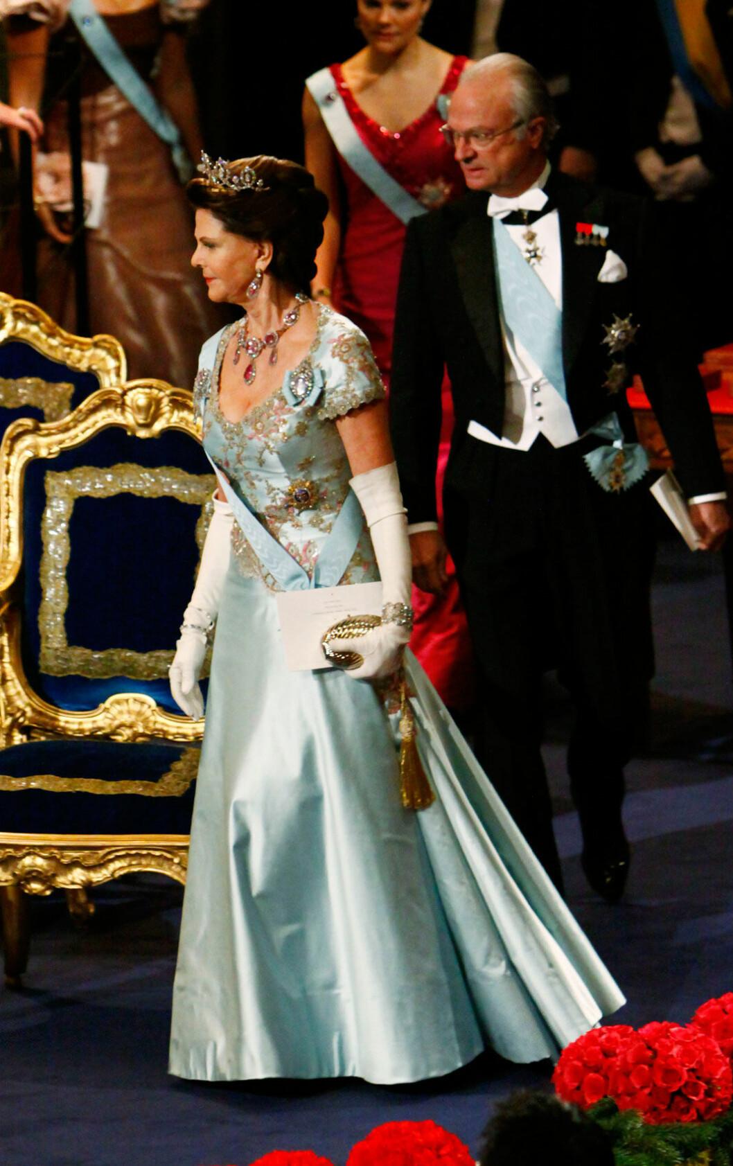 Drottning Silvia i en isblå sidenklänning av Jaques Zehnder 2008