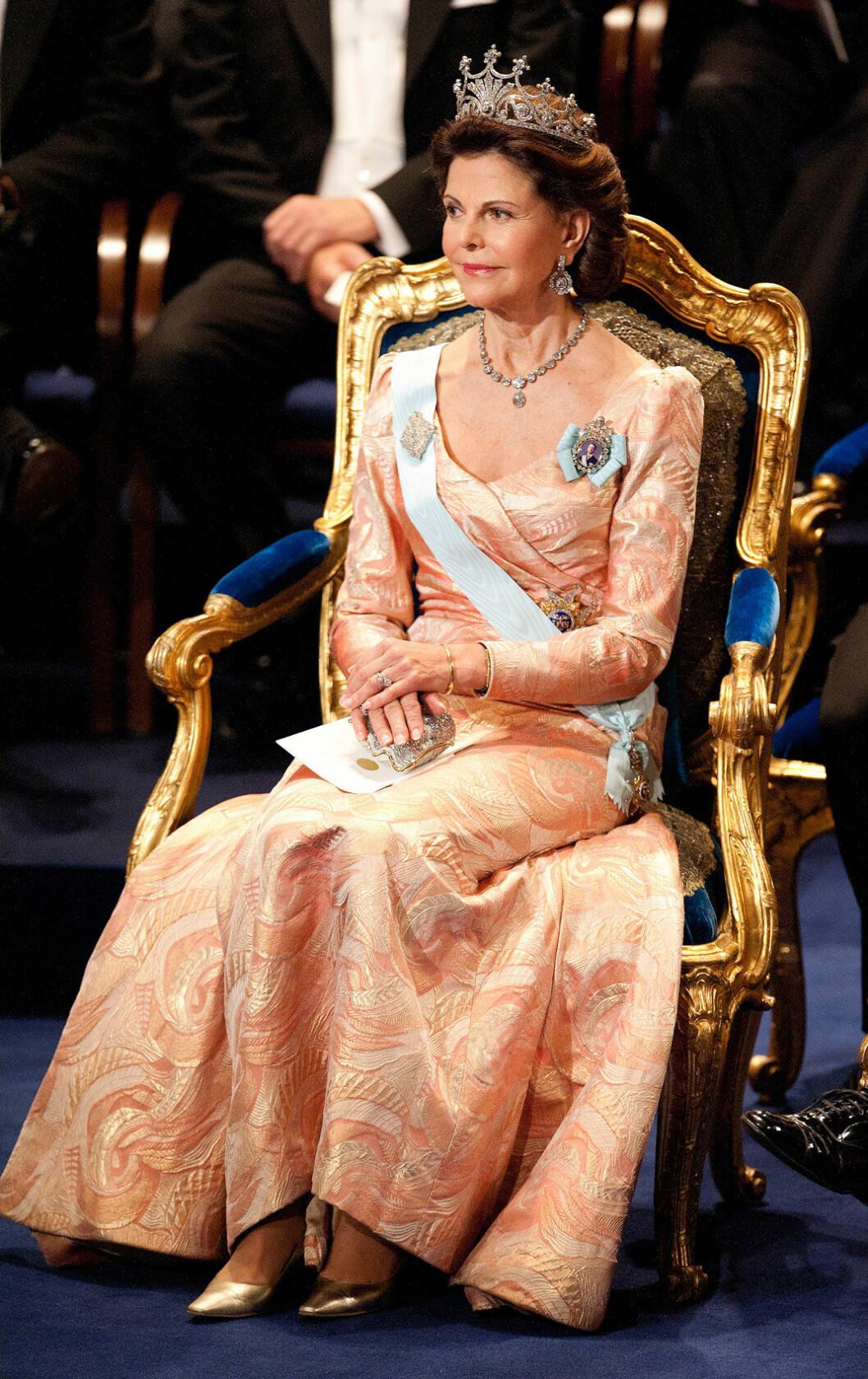 2011 återanvände drottningen den klänning som hon bar vid galaföreställningen i konserthuset kvällen före kronprinsessans bröllop 2010.