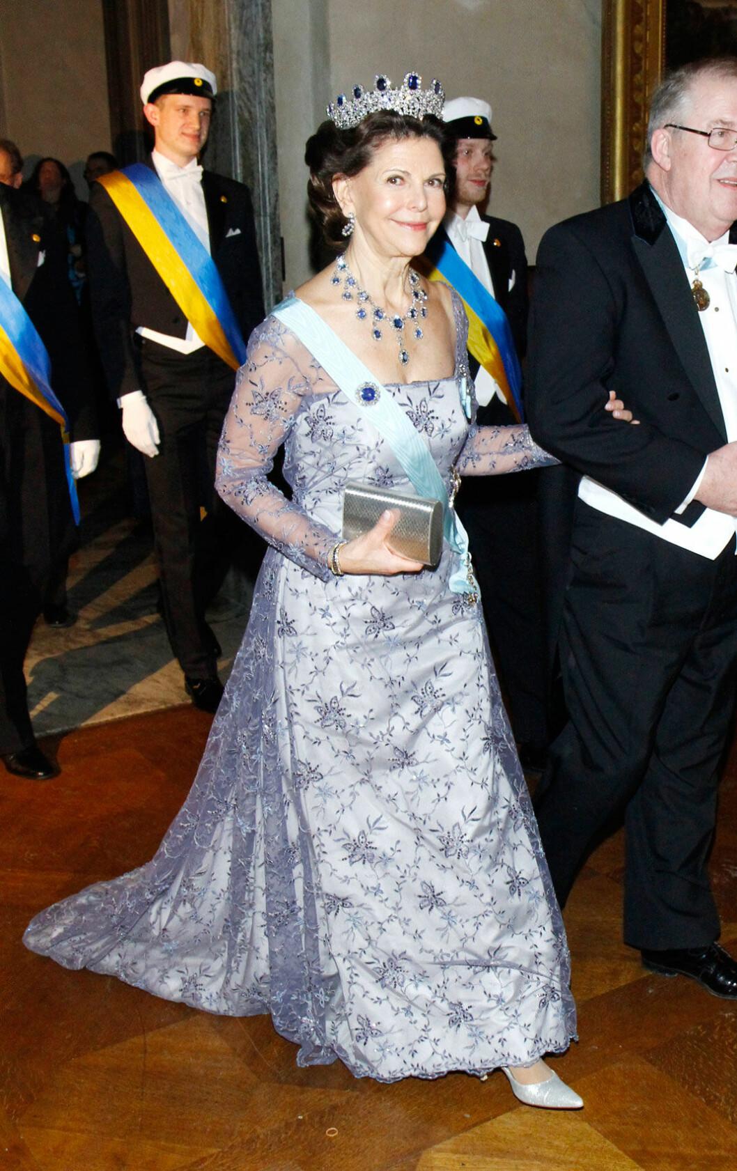 2012 bar Silvia en lavendelfärgad klänning
