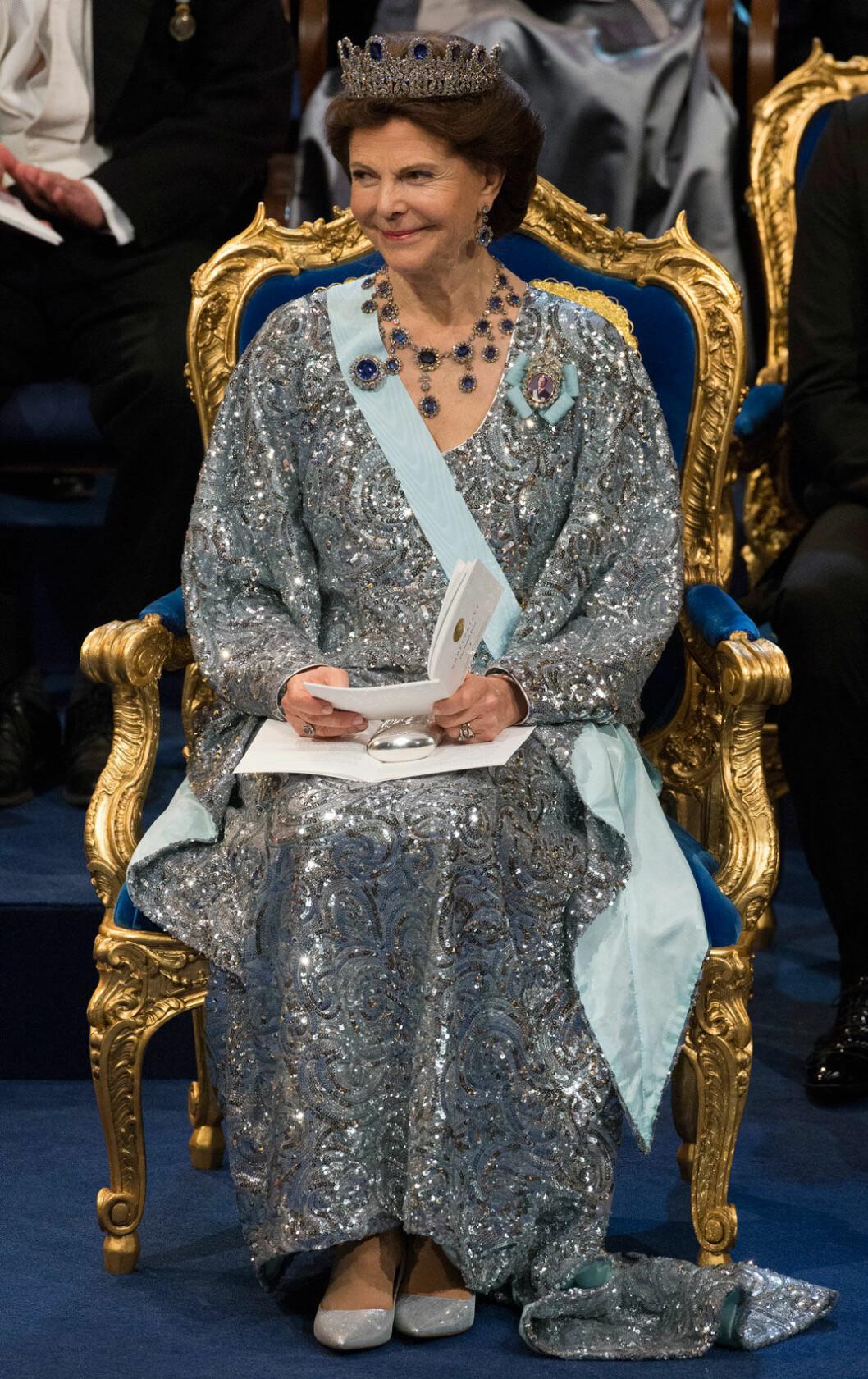 2016 bar Silvia en klänning i silver