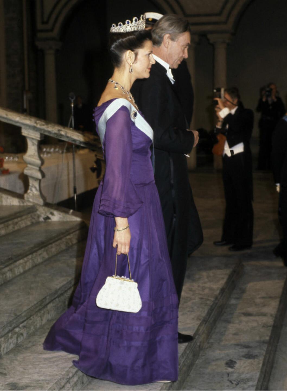 1978 bar drottning Silvia en klänning i lila chiffong skapad av Olga Persson