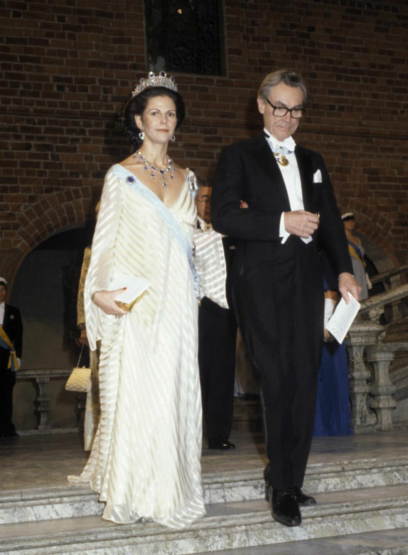 1981 Drottning Silvia i krämfärgad klänning av Olga Persson