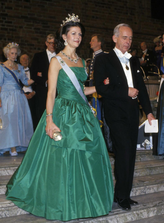 1987 återanvände Silvia en Jörgen Bender-klänning i draperad grön sidentaft som gjorts för kungens 40-årsfirande