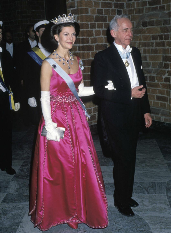1988 bar Silvia en klänning med slätt liv, design Jörgen Bender