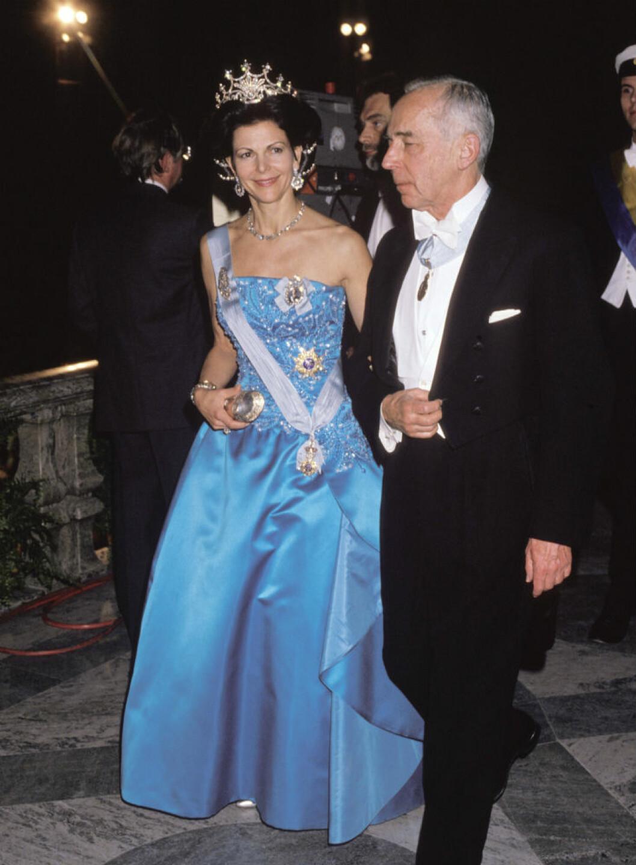1989 bar Silvia en turkosblå sidenduchesse med pärlbroderat liv av Bender