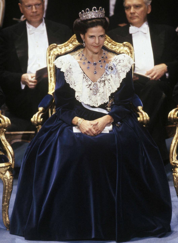 1990 bar drottningen en mörkblå sammetsklänning sydd på Ateljé Felicitas