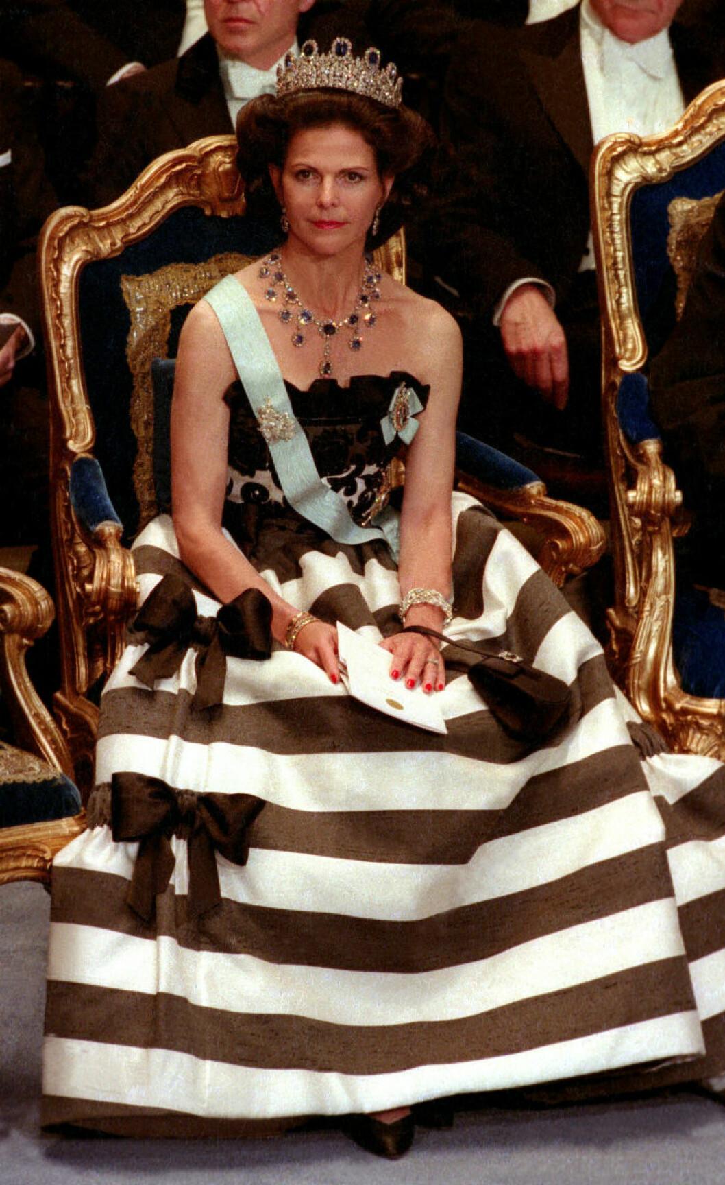 1993 bar drottningen en svartvit satinklänning från Nina Ricci