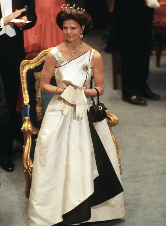 1994 -Jaques Zehnder skapade denna klänning med inspiration från Balenciaga