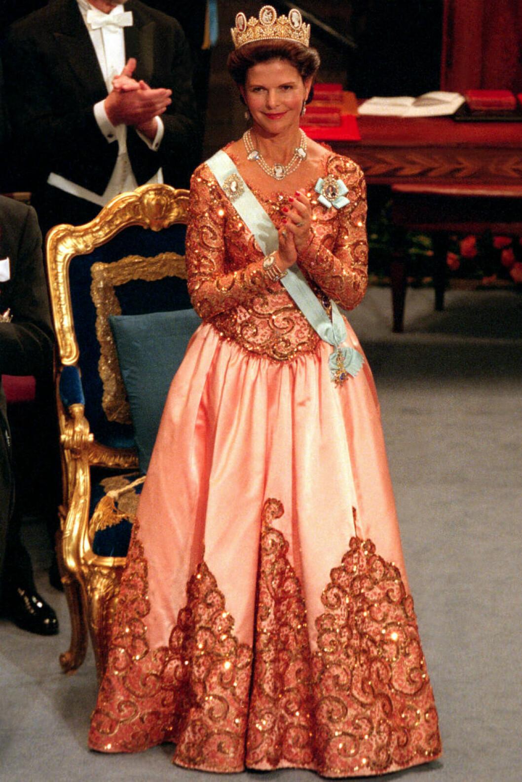 1998 bar drottning Silvia en duchesseklänning av Jacques Zehnder