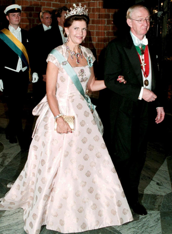 1999 återanvände Silvia klänningen från kungens 50-årsdag, gjord av Zehnder
