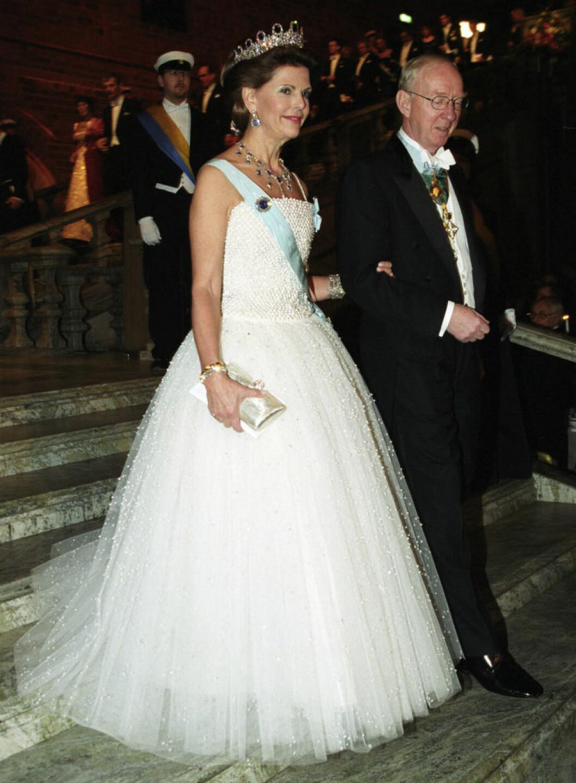 2001 bar Silvia en handbroderad klänning från Nina Ricci