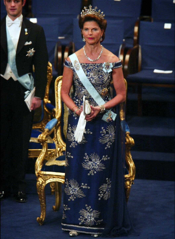 2002 bar drottningen en blå thaisidenklänning i design av Jörgen Bender