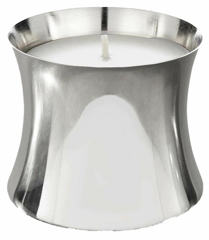 Silvriga doftljuset Royalty från Tom Dixon är inspirerat av allt som är typiskt brittiskt (tänk Earl grey, scones, jordgubbssylt och en Bentley med nötta lädersäten) o
